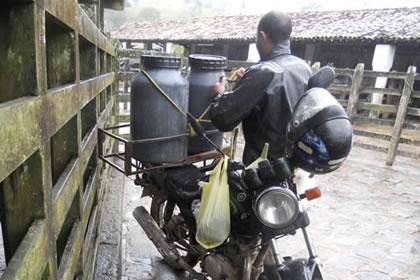 Hoje em dia as motos são usadas para diversos afazeres também na zona rural