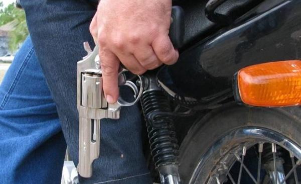 Resultado de imagem para carro e moto tomados de assaltos